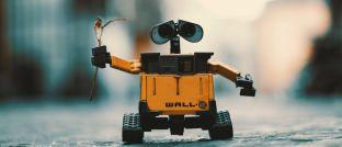 Roboter bringt Blumen: Mit dem neuen Schroders-Fonds können Anleger von steigenden und fallenden Kursen im Technologiesektor profitieren.