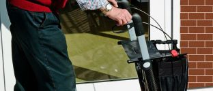 Ein Rentner mit Rollator: Senioren gehen immer häufiger zur Tafel.
