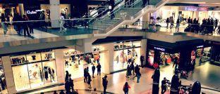 Menschen in einer Einkaufspassage: Vor allem die jüngeren Deutschen freuen sich, wenn sie sich mal etwas gönnen können.