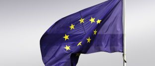 EU-Flagge: Die Europäische Kommission will große Investmentfirmen unter EZB-Aufsicht stellen.