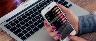 Mobile Banking per Smartphone: Laut aktuellem Digital Banking Index der Strategieberatung Oliver Wyman liegen deutsche Banken beim medienbruchfreien Angebot von Online- und Mobile-Produktabschlüssen zurück.
