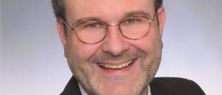 Konrad Häuslmeier sichtet für Die Bayerische Informationen rund um die IDD.