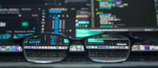 Computerbildschirm mit Daten: Fehlende Fondsdaten bremsen derzeit den Vertrieb hierzulande aus. Doch aktuell geht die Branche in Riesenschritten voran, denn in diesen Tagen werden noch Daten für tausende Fonds nachgeliefert.