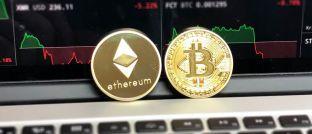 Embleme von Ethereum und Bitcoin: Flossbach von Storch zweifelt an der Werthaltigkeit von Kryptowährungen.