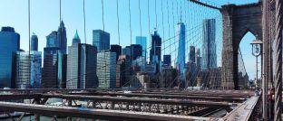 Blick von der Brooklyn Bridge über den East River auf den New Yorker Stadtteil Manhattan: Die Konjunkturampel für die Vereinigten Staaten steht auch 2018 auf Grün.