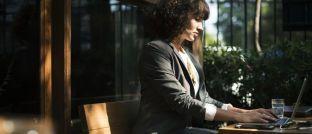 Eine Frau am Laptop: Bisher sind Managerinnen in der Finanzbranche noch selten.