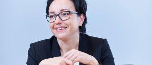 Katja Müller ist Mitglied der Geschäftsleitung und Leiterin des Bereichs Sales & Relationship Management (SRM) bei Universal-Investment in Frankfurt am Main. Sie betreut Fondspartner, institutionelle Investoren und Insourcing-Kunden wie Kapitalverwaltungsgesellschaften (KVGs), Asset-Manager, Versicherer und Verwahrstellen.