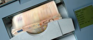 50-Euro-Banknoten in einem Zählautomaten: Das Geldvermögen steigt immer weiter an, berichtet aktuell die Deutsche Bundesbank.