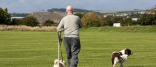 Ein Mann geht auf Krücken: Das Krankengeld in der GKV reicht oft nicht, um den gewohnten Lebensstandard zu halten.