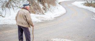 Ein älterer Mann macht einen Spaziergang: Ein stabiles Rentenniveau kann teuer werden.
