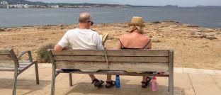 Rentner im Urlaub: Damit man den Ruhestand genießen kann, ist passende und umfangreiche Vorsorge wichtig.