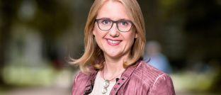 Lisa Paus: Die Abgeordnete der Partei Bündnis 90/Die Grünen stellte eine aktuelle Anfrage an die Bundesregierung zur Umsatz- und Ertragsteuer auf Gewinne mit Kryptowährungen.
