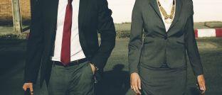 Mann und Frau in geschäftlicher Klamotte: Die Finanzbranche ist unter jungen Studentinnen wenig beliebt.