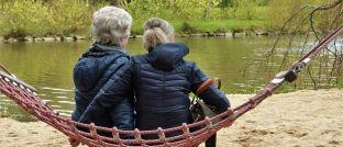 Zwei Rentnerinnen in einer Hängematte im Park: Frauen halten mehr von den Rentenvorhaben als Männer.