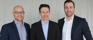 Felix Eisel (l.) und Alex Nieberding (Mitte), Gründer der Fondsboutique und verantwortliche Portfoliomanager, begrüßen Markus Weiss im Team von Conduction Capital Advisers.