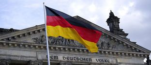 Flagge vor dem Reichstag in Berlin: Die Deutsche Bank blickt optimistisch auf den deutschen Aktienmarkt.