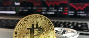 Bitcoin-Münze vor einem Computerbildschirm: Immer wieder werden Anleger ihrer digitalen Schätze beraubt.