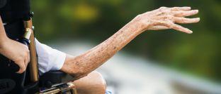 Eine ältere Dame im Rollstuhl: Im Alter einmal arm, allein und/oder krank zu sein, davor fürchten sich viele Menschen in Deutschland.