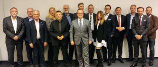 Die Unterzeichner der Berliner Erklärung 2.0 (v.l.): Ortwin Spies, Degenia; Horst-Ulrich Stolzenberg, Domcura; Matthias Wiegel, AfW; Heike Angele, Fondskonzept; Norman Wirth, AfW; Jürgen Schirmer, Fondskonzept; Frank Rottenbacher, AfW; Tim Bröning, Fonds Finanz; Norbert Porazik, Fonds Finanz; Halime Koppius, Degenia; Sebastian Grabmaier, JDC; Rolf Schünemann, BCA; Lars Lüthans, Netfonds; Oliver Drewes, Maxpool; und Stephan Fischer, Fondsnet.