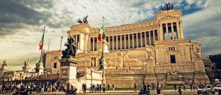 """Das """"Monumento Nazionale a Vittorio Emanuele II"""" an der Piazza Venezia in Rom: Das Denkmal für den ersten König des vereinten Italiens wird wegen seiner Architektur auch als """"Macchina pro scrivere"""" (Schreibmaschine) genannt."""