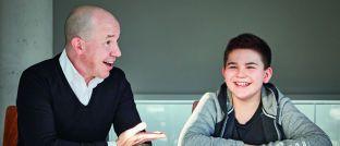 Volker Schilling (links) mit seinem Sohn Tim Schilling:  Der Vorstand von Greiff Capital Management vermisst Geld-Themen im Schulunterricht.