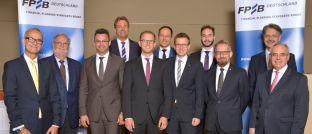 Feierstunde in Frankfurt: FPSB-Schriftführer Maximilian Kleyboldt (1.v.l.), FPSB-Beisitzer Peter Asmussen (2.v.l.), der stellvertretende Vorsitzende Carsten Mittermüller (3.v.r.), Schatzmeister Klaus Michalowski und Vorstandschef Rolf Tilmes mit einigen der Zeritifizierten.