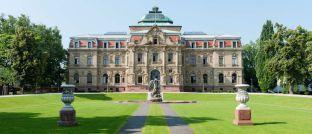 Der Bundesgerichtshof in Karlsruhe: Die Richter haben eine Entscheidung darüber, ob das Lebensversicherungsreformgesetz verfassungsgemäß ist oder nicht, erstmal vertagt.