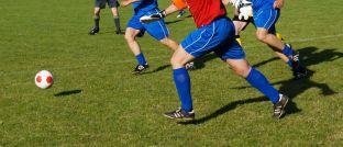Zweikampf im Fußball: Auch bei der Geldanlage mit unterschiedlichen Assetklassen müssen Anleger auf die richtige Aufstellung achten.
