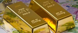 Goldbarren und Geld: Staatsanleihen mit kurzen Laufzeiten gelten als Konkurrenz zur zinslosen Geldanlage in Gold.