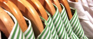 Hemden auf Kleiderbügeln. Indem sie Strategien bündeln, können Berater ihren Kunden und sich viel Verwaltungsaufwand ersparen.