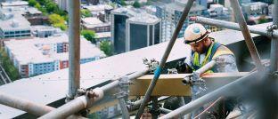 Arbeiter auf dem Bau: Die Alte Leipziger teilt die Berufsgruppen in sieben Risikoklassen ein. Schließlich hat ein Bauarbeiter ein höheres Risiko, berufsunfähig zu werden, als ein Büroangestellter.