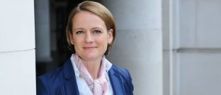Sonja Laud arbeitet seit 2017 als Leiterin des Aktien-Managements bei Fidelity International. Die gebürtige Ahrensburgerin lebt seit 2005 in London und managte dort zuerst bei Schroders Dividendenfonds, später bei Barings Multi-Asset-Strategien