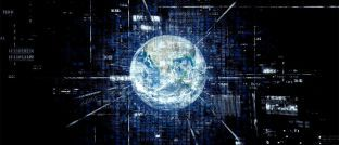 Weltkugel und Binärcode (Symbolbild). Im Jahr 2025 werden weltweit rund 163 Zettabyte (eine Zahl mit 21 Nullen) an Daten generiert.