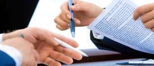 Beratungsszene: Angestellte Vermittler und Azubis bekommen ab September mehr Geld.
