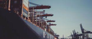 Containerschiff im Hafen: P&R-Anleger haben mutmaßlich Transportbehälter erworben, die es gar nicht gibt. Während die Staatsanwaltschaft wegen Betrugsverdachts gegen ehemalige und aktuelle Geschäftsführer des Unternehmens aus Grünwald ermittelt, müssen Gläubiger jetzt ihre Forderungen in einem Insolvenzverfahren anmelden.