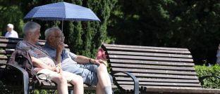 Rentner entspannen auf einer Parkbank: Die Überalterung der Gesellschaft ist ein Risikofaktor für den Wohlstand im Alter.