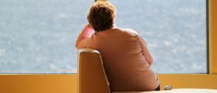 Eine Frau mit Depressionen: Fast die Hälfte der Berufstätigen in Deutschland versucht, den Verlust der Arbeitskraft mit der Krankenversicherung abzusichern. Eine Berufsunfähigkeitsversicherung ist aber eindeutig die bessere Wahl.