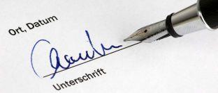 Unterschrift unter einem Vertrag. Versicherer haben es durchaus in der Hand, mehr aus ihren Bestandskunden herauszuholen, zeigt eine Untersuchung von Simon-Kucher & Partners.