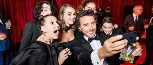 Gäste auf einer Netflix Golden Globes After Party in Beverly Hills, Kalifornien, schießen Selfie mit Apple-Handy. Die Technologie-Welt hält viel mehr bereit als allgegenwärtige Top-Titel wie Netflix oder Apple.
