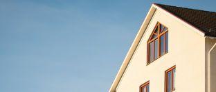 Hausfassade. Baufinanzierungsspezialist Kai Weber hat an drei Beispielen errechnet, wie Familien das neue Baukundergeld optimal nutzen können.