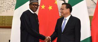 Handschlag zwischen Nigerias Präsident Muhammadu Buhari (li.) und Chinas Premierminister Li Keqiang bei Verhandlungen in Peking. China hat in Nigeria umfangreiche Investitionen getätigt.