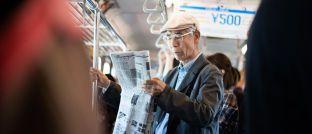 Älterer Angestellter in der Tokioter U-Bahn: In Japan herrscht akuter Fachkräftemangel, so dass viele Bürger auch im Rentenalter noch arbeiten