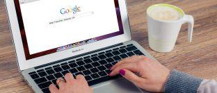 Google-Internetseite auf einem MacBook Air des US-Herstellers Apple: Bei Aktienfonds führen im laufenden Jahr vor allem Vergleichsgruppen mit Fokus auf Nordamerika und Technologie das Performance-Ranking an.