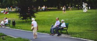 Rentner in einem Park: Männer haben hierzulande bisher am wenigsten Angst vor Altersarmut.