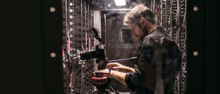 Techniker im Serverraum: Digitalisierung ist eines der beherrschenden Themen in der Finanzbranche.