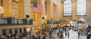 US-amerikanische Flagge: Die Geldpolitik in den Vereinigten Staaten entscheidet mit darüber, ob es zu einer Rezession kommt. Zu einer inversen Zinsstruktur wird es laut Sascha Werner vorerst nicht kommen.