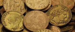 Historische Franc-Münzen. Die Goldmünzen waren in Frankreich lange Zeit gängiges Bezahlmittel.