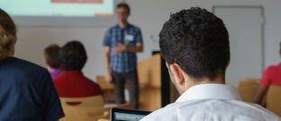 Junge Leute beim Unterricht: Die große Mehrheit der Deutschen ist dafür, dass Lehrer ihren Schülern finanzielles Wissen vermitteln.