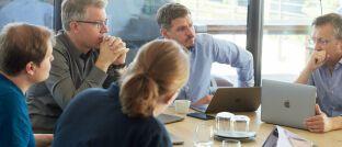 """Frank Thelen (2.v.l), CEO von Freigeist Capital und Investor aus """"Die Höhle der Löwen"""" und Gründer des Software-Unternehmens Xentral bei einem Gespräch."""