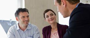Finanzberater im Gespräch mit Kunden. DAS INVESTMENT hat die wichtigsten Informationen zur neuen DIN-Norm 77230 aus Beratersicht zusammengestellt.